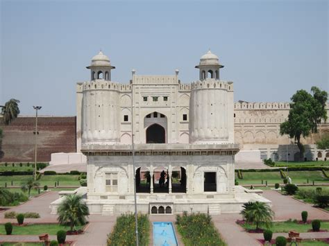 Backpacking in Pakistan - Fort Lahore bei Tag   Backpacker